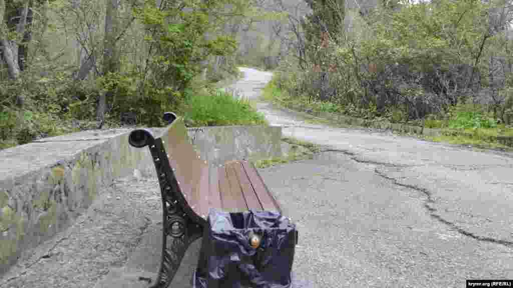 На алеях парку встановлені нові лавочки та урни для сміття