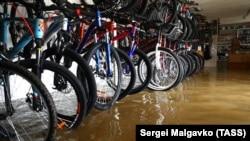 Повінь у Керчі: затоплено будинки та вулиці, жителів готують до евакуації (фотогалерея)