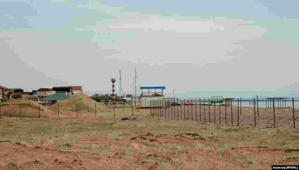 Влево от сторожки начинается пляжная зона санаториев «Голубая волна», «Танжер», базы отдыха «Прибой». Часть их пляжей тоже планировалось полностью закатать в бетон ради пешеходной набережной