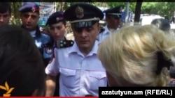 Полицейские преграждают матерям погибших солдат путь к резиденции президента, Ераван, 25 июня 2015 г.