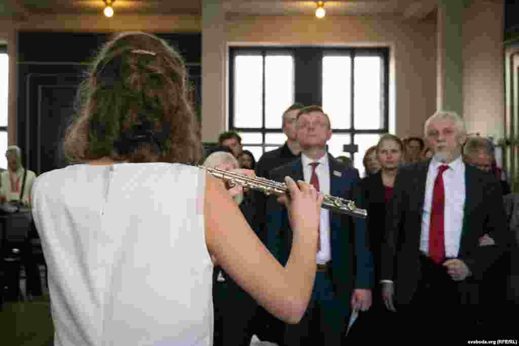 У канцы афіцыйнай часткі флейтыстка Яніна Аляхновіч выканала гімн «Магутны Божа».