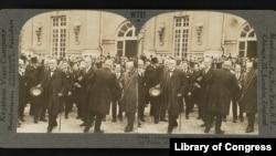Clemenceau, Wilson și Lloyd George după semnarea Tratatului de pace, părăsind Palatul Versailles