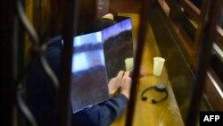 Подсудимый Шаас Аль-Мохаммад прячет свое лицо в суде. Берлин, 4 января 2017 года.
