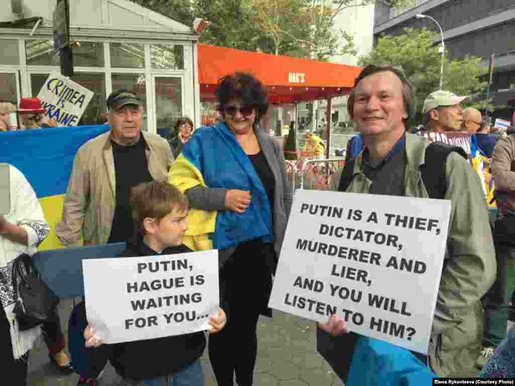 """Один из лозунгов протестов: Putin to trial (""""Путина под суд!"""")."""