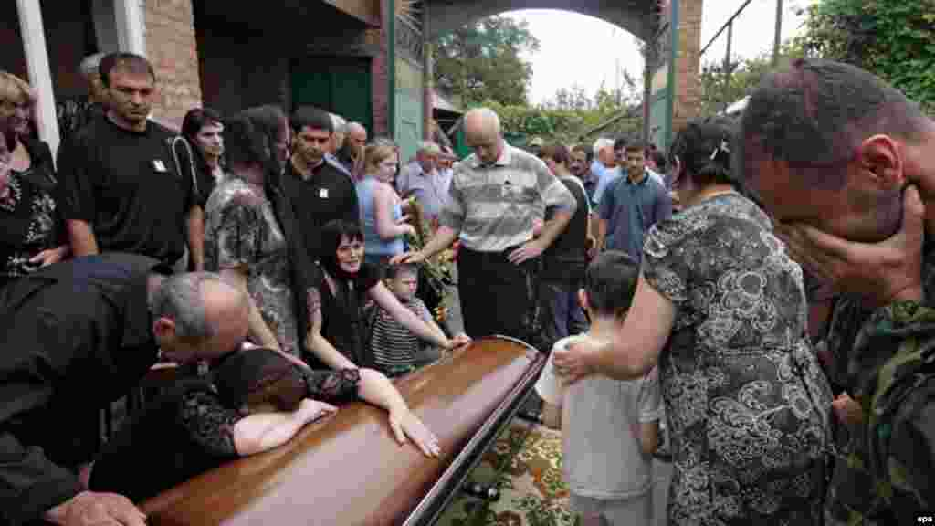 Похороны погибшего на войне, Владикавказ, Северная Осетия, 12 августа 2008 года