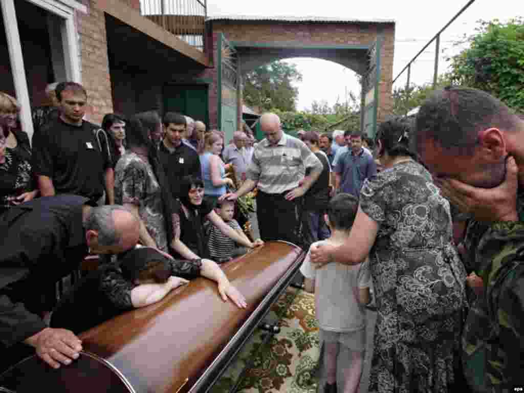 Соғыста қаза тапқан адамды жерлеу. Владикавказ, Солтүстік Осетия. 12 тамыз 2008 жыл.