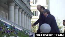 Вице-премьер-министры Кыргызстана и Таджикистана Жениш Разаков и Азим Иброхим.