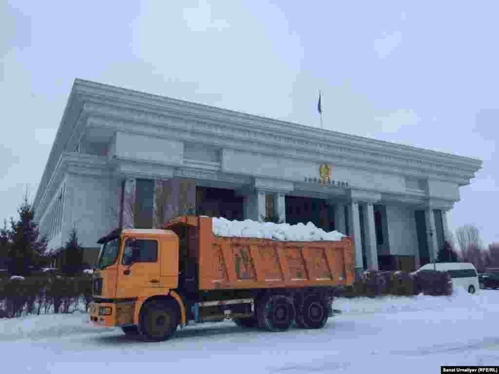 Загруженная снегом машина перед зданием Верховного суда. Нур-Султан, 28 января 2020 года.