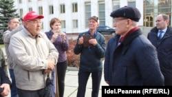 Рөстәм Хәмитов пикетчылар янында