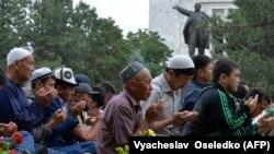Праздничный намаз на Старой площади в Бишкеке, 25 июня 2017 г.