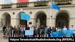 На площі Ринок перед міською Ратушею підняли прапор кримських татар і хвилиною мовчання вшанували жертв сталінської депортації