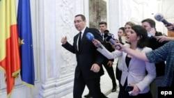 Victor Ponta asaltat de jurnaliști în noiembrie 2014, după ce Parlamentul român a refuzat să-i ridice imunitatea cerută de procurori într-un caz de corupție, și după scandalul declanșat de tragedia din clubul bucureștean Colectiv, unde au murit 63 de oameni.