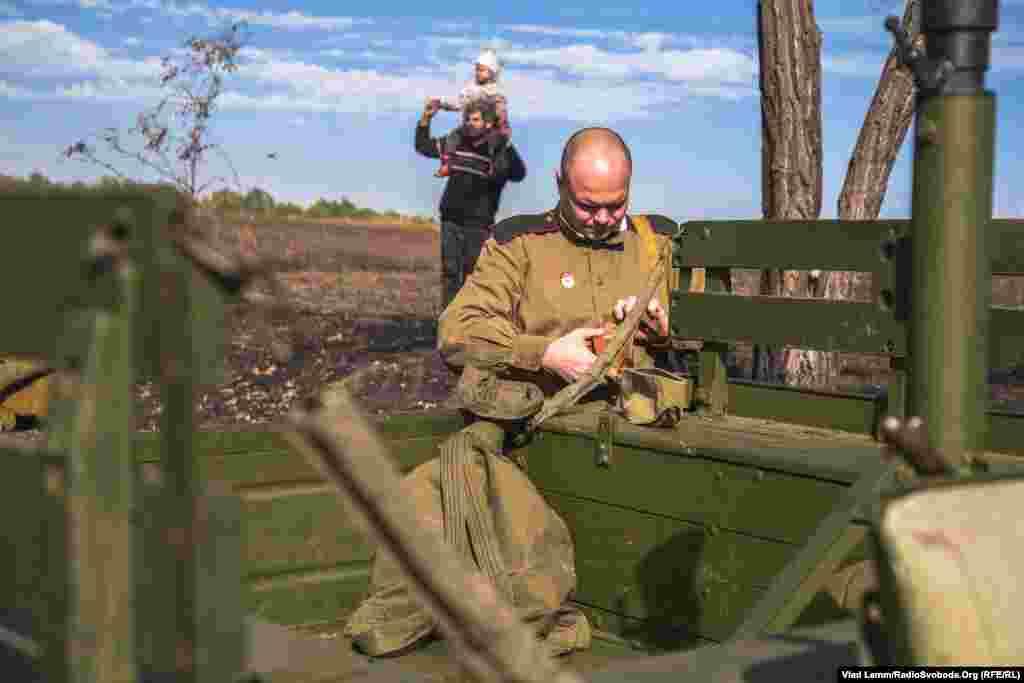 Реконструктор у радянській формі готується до початку заходу