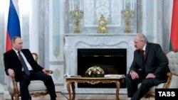 Vladimir Putin (majtas) dhe Aleksandr Lukashenka në një takim të mëparshëm