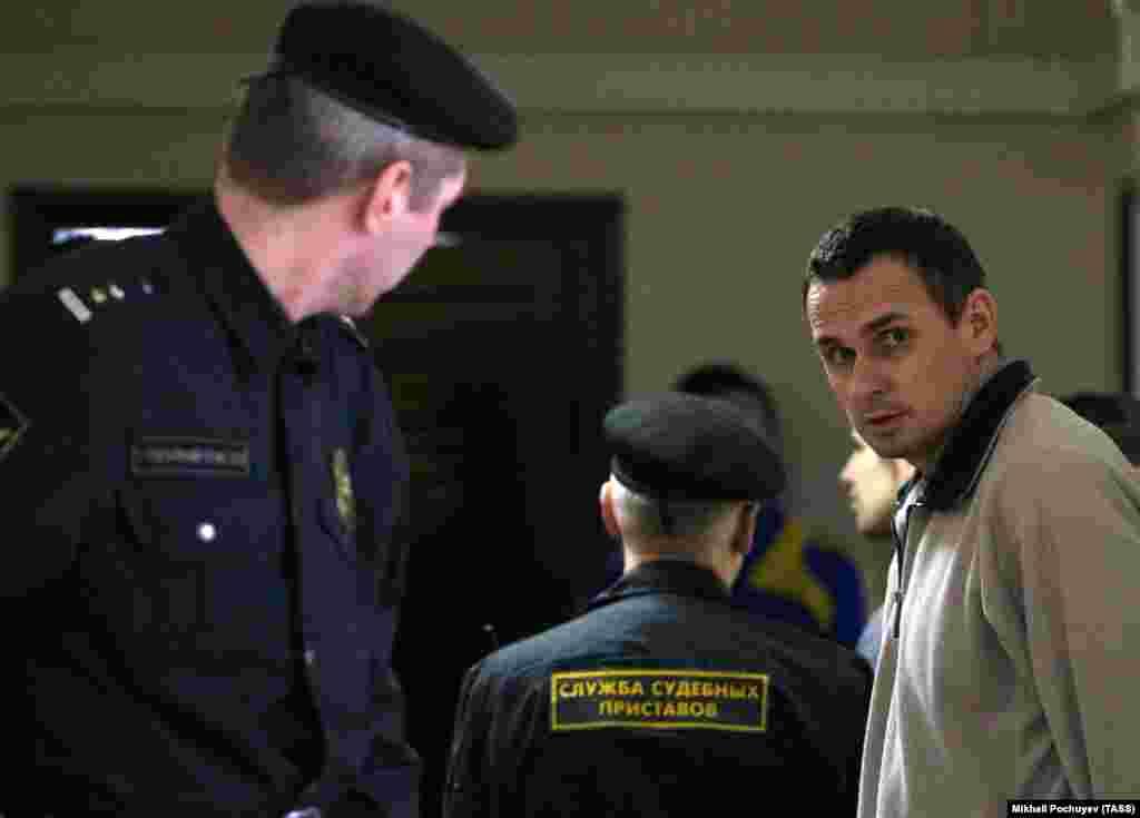 РУСИЈА / УКРАИНА - Украински затвореници, меѓу кои и филмскиот режисер Олег Сенцов и неколкумина морнари, се вратиле во Украина, по завршување на постапката за размена на затвореници со Русија, објавија светските новински агенции.