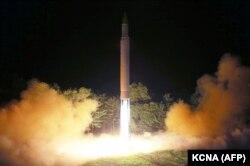"""Запуск северокорейской межконтинентальной баллистической ракеты """"Хвансон-14"""" 28 июля 2017 года"""