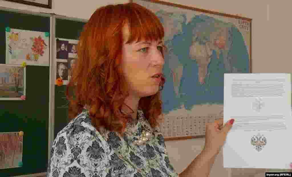 Учительница ведет первый урок о культуре России