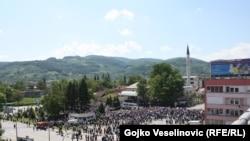 Brojni okupljeni građani i delegacije na trgu ispred obnovljene Ferhat-pašine džamije u Banjaluci, 7. maj 2016.
