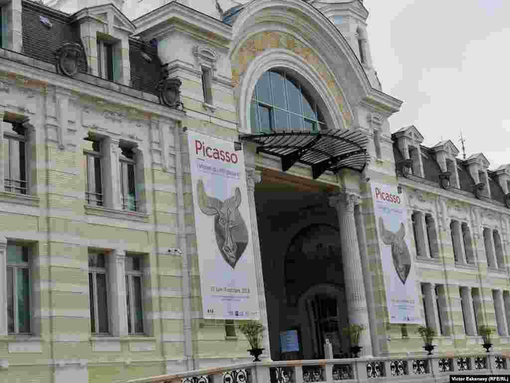 Centrul cultural muzeal Palais Lumiere într-o fostă clădire termală în stil art nouveau la Evian