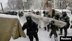 Бойцы Национальной гвардии Украины сносят палаточный лагерь у Верховной Рады, Киев, 3 марта 2018 года