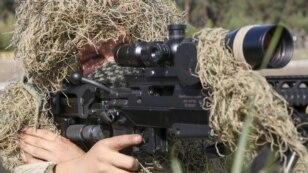 Снайпер із новою великокаліберною гвинтівкою Barrett М107А1 (ефективна дальність 1800 метрів) під час показових навчань Нацгвардії України