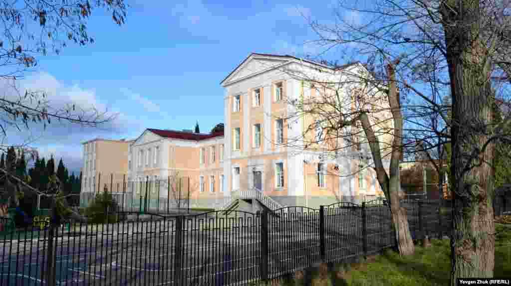 Школа №6 возведена в 1890 году. Первоначально была церковно-приходской при храме Александра Невского, затем – высшим Некрасовским женским начальным училищем, советской школой №6 и, наконец, школой имени Некрасова с педагогическим уклоном