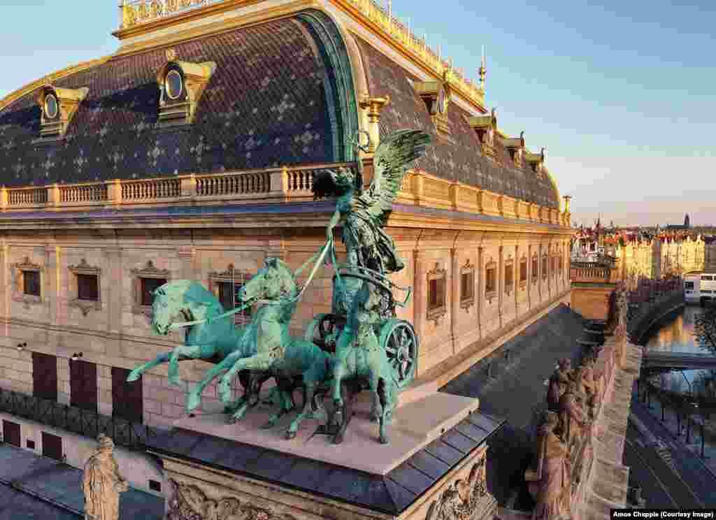 Нике, богинята на победата, изобразена на колесница, теглена от три коня, на покрива на Националния театър. Статуята е копие на оригинала. Скоро след като Бохуслав Шнирх приключва години работа по създаването на бронзовите скулптури, те са разрушени от пожар през 1881 г. Дубликатите на статуите, които днес украсяват театъра, са поставени там след възстановяването на сградата през 1911 г., десетилетие след смъртта на скулпотра.