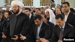 بشار اسد (راست)، رییس جمهور سوریه همراه با محمود احمدی نژاد، همتای ایرانی اش در مراسم میلاد پیامبر اسلام در مسجد حافظ الاسد دمشق. ۲۵ فوريه ۲۰۱۰.