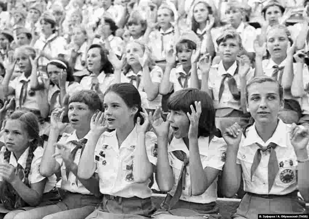 Cоветские дети расспрашивали Саманту о жизни в Америке – в особенности об одежде и музыке. Иногда по вечерам они говорили о войне и мире. Так Саманта узнала, что почти у каждого, с кем она познакомилась в «Артеке», во Второй мировой войне погибли родственники. Впоследствии девочка неудомевала – раз ей удалось подружиться с «артековцами», то почему не могут подружиться США и СССР? «Если война может погубить все, самое главное – не воевать. Так я считаю», – говорила она