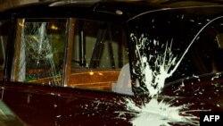 Скршено стакло на автомобилот на Принц Чарлс и Камила