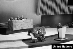 БУУнун Башкы ассамблеясында Адам укуктарынын жалпы декларациясы кабыл алынган күндүн он жылдыгынын белгиленүүсү. Нью-Йорк, 10-декабрь, 1958-жыл.