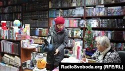 Письменниця Галина Малик підписує книгу відвідувачам книгарні в Ужгороді