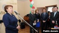 Микрофон янында Римма Ратникова. Татарстан журналистлары берлеге бинасын ачу. 22 апрель 2012