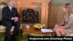 Александр Лукашенконун Ксения Собчакка берген маеги өзгөчө ачык болгону белгиленүүдө.