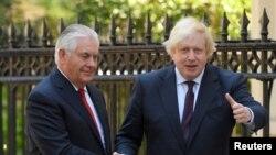 АҚШ мемлекеттік хатшысы Рекс Тиллерсон (сол жақта) мен британ сыртқы істер министрі Борис Джонсон. Лондон, 26 мамыр 2017 жыл.