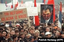 'Modernu federaciju za koju se zalagao Milošević i koja ne bi značila ništa drugo nego vračanje u prošlost, hteli su nametnuti manjim narodima pomoću svedržavnog referenduma!' (Fotografija: proesti u Beogradu 1988.)