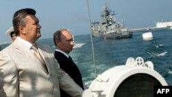 Украина және Ресей президенттері Виктор Янукович (сол жақта) пен Владимир Путин. Севастополь, 28 шілде 2013 жыл.