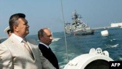 Президент России Владимир Путин (справа) и президент Украины Виктор Янукович. Севастополь, 28 июля 2013 года.