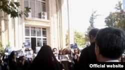 تجمع خانواده های زندانیان سیاسی در مقابل دادستانی تهران - عکس از وب سایت کلمه