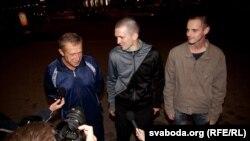 Солдан оңға: Беларусь түрмесінен шыққан Олег Федоркевич, Дмитрий Буланов және Александр Молчанов. 14 қыркүйек 2011 ж.