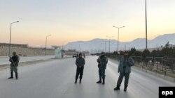 Афганські сили безпеки блокують дорогу до парламенту країни після атаки бойовиків, 10 січня 2017 року