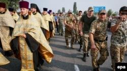 Поліція супроводжує учасників хресної ходи біля Борисполя, Київська область, 25 липня 2016 року