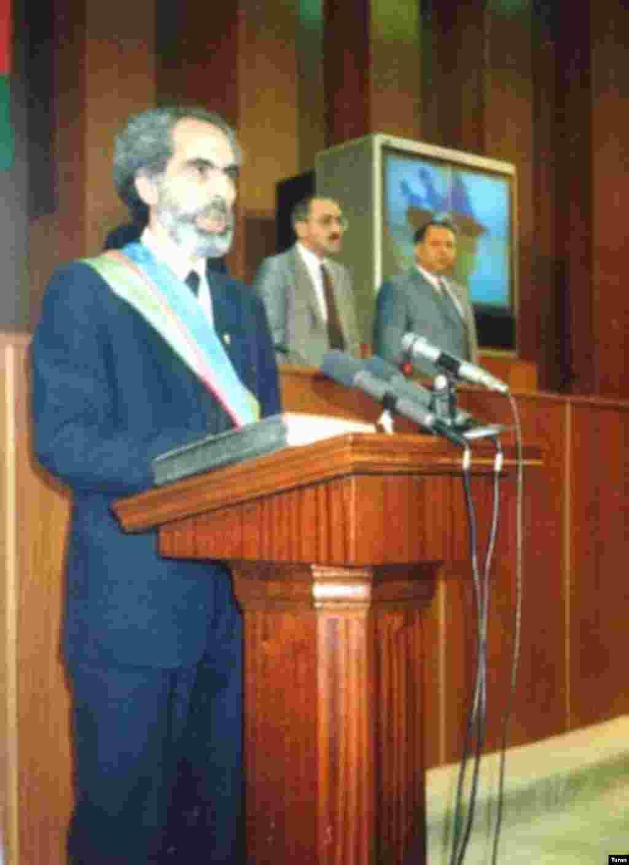 Elçibəy prezident kimi and içir - 1992-ci ildə Azərbaycan Xalq Cəbhəsinin sədri Əbülfəz Elçibəy ölkənin ikinci prezidenti seçildi