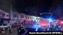 На протяжении всей ночи сотни спасателей и 25 пожарных машин боролись с огнем