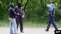 Бойовики патрулюють спільно з міліцією біля Маріуполя, фото 15 травня 2014 року