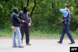 Про-російські бойовики разом з міліціонером чергують на одному з блокпостів на дорозі Донецьк-Маріуполь, 15 травня 2014 року