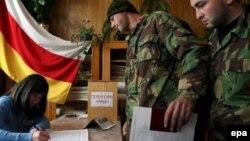 В отличие от российского закона о партиях, югоосетинские парламентарии допустили возможность участия военнослужащих в политических организациях при условии, что сотрудники силовых ведомств не станут использовать свое служебное положение