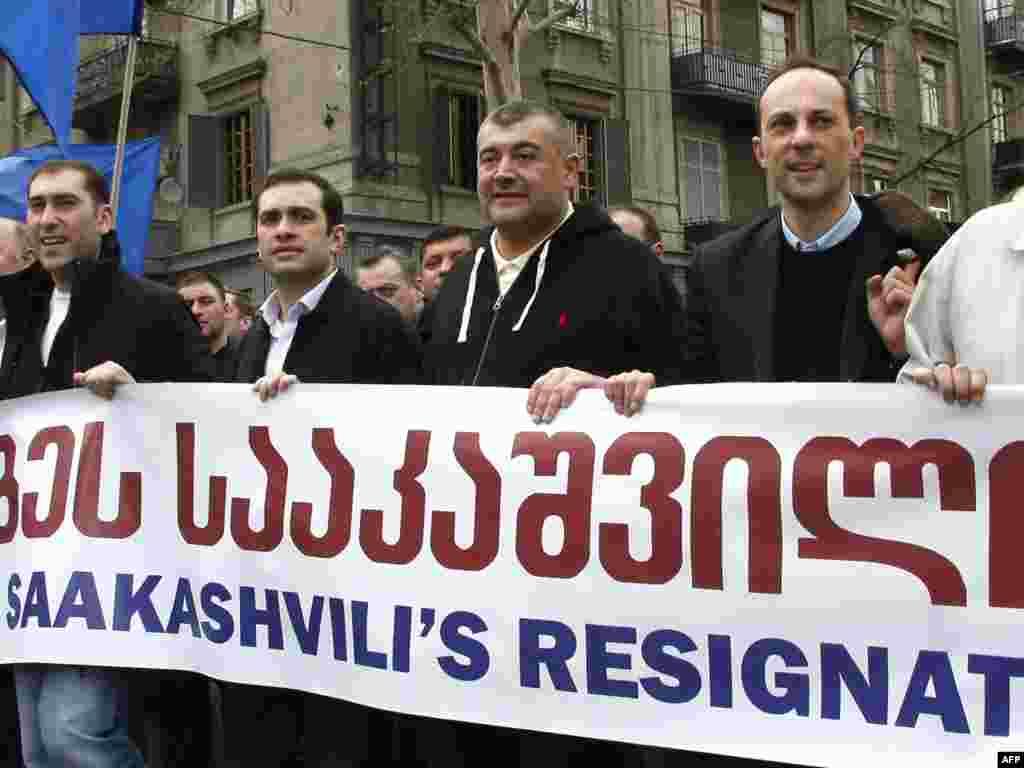 Лидеры грузинской оппозиции Леван Гачечиладзе (второй справа) и Ираклий Аласаниа (второй слева) на митинге грузинской оппозиции, 9 апреля 2009