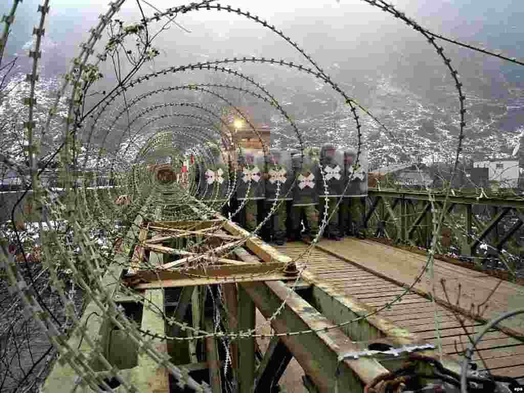 Немецкие и турецкие военнослужащие отрабатывают оборону сербского православного храма в косовском Призрене 8 января.
