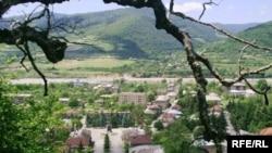 Люди, которые отказались покидать свои дома в 2008 году по призыву грузинских властей и приспособились к новой жизни в Южной Осетии, вдруг стали в глазах своих вчерашних соседей едва ли не предателями своего народа